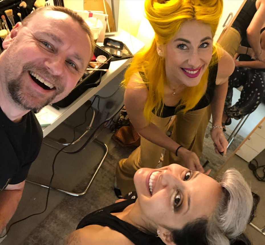 People think that the life of a pinup artist is all smiles, ooo faces and curves. Fact is....it is! What a job I have! 😀 today's lovely client, Emilia being looked after by Erienne. Our shoot today will include dresses, pencil skirts, slutty nurses, a long board and possibly a naked bass player. 🤣