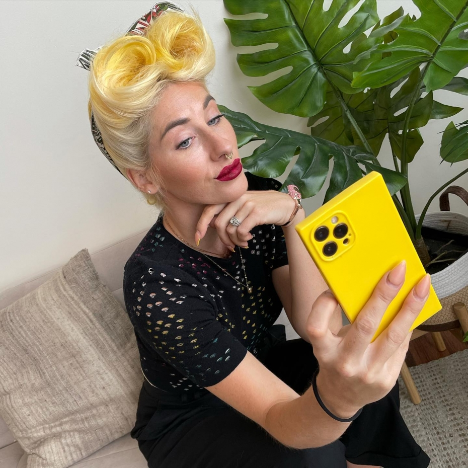 Erienne has an obsession with planty the potted plant in the studio….#pinuphair #stylist #portlandpinups